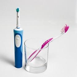 Pourquoi préférer la brosse à dents électrique à la brosse à dents manuelle ?